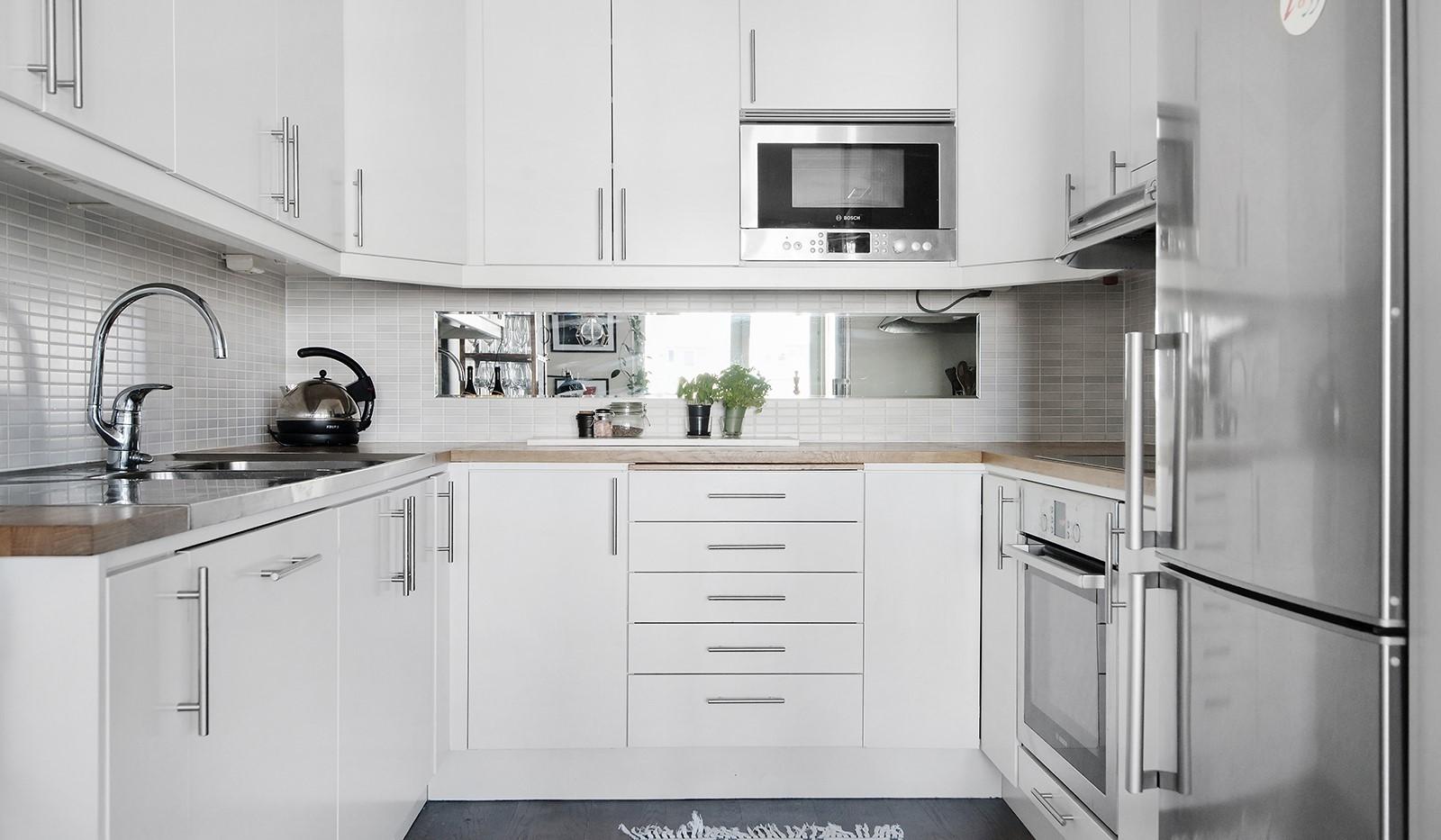 Sjöviksvägen 37, 5 tr - Stilrent kök med mycket förvaring bakom vita skåpsluckor