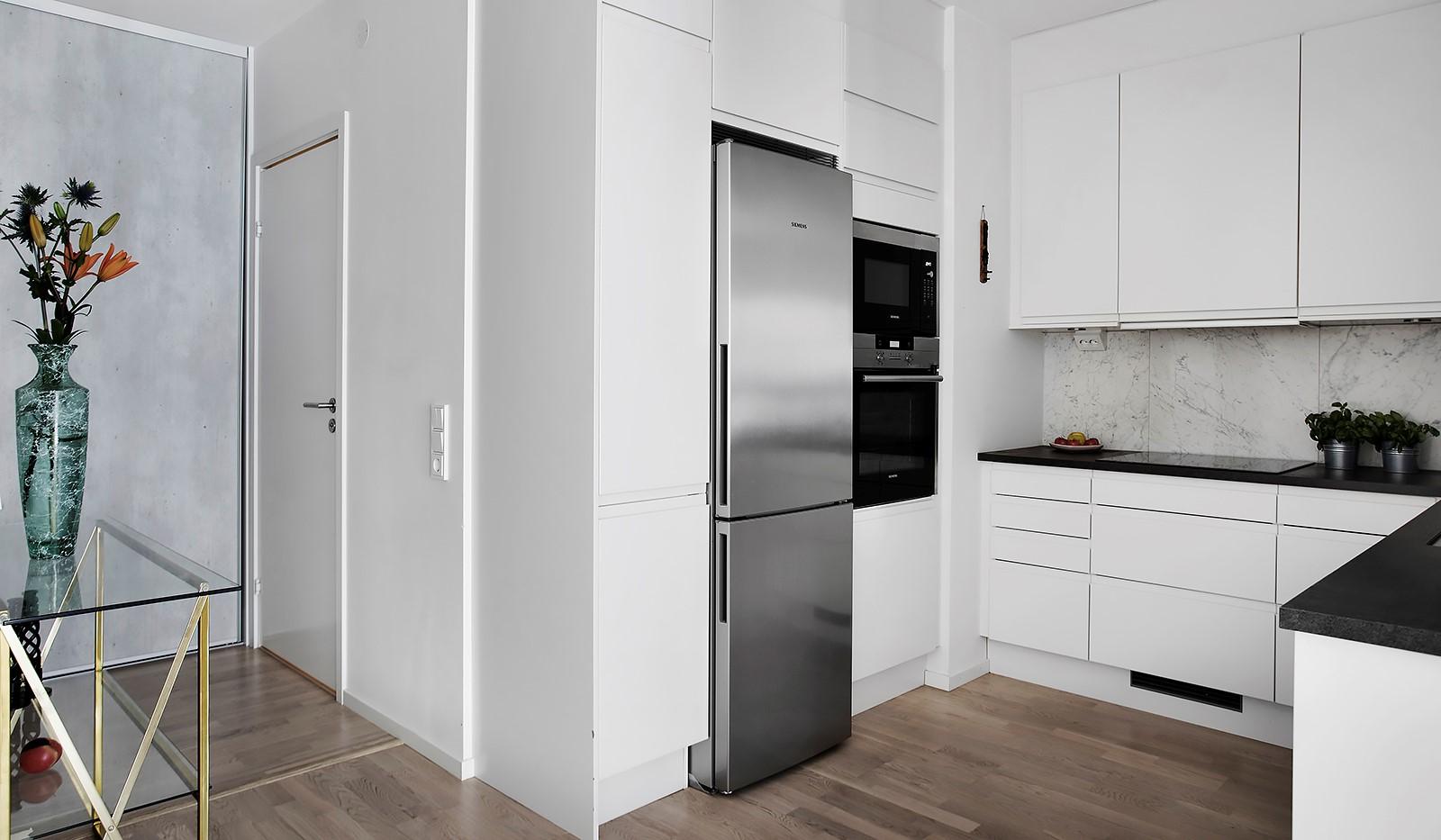 Fredriksdalsgatan 24, vån 2 - Köket är fullt utrustat med rostfria vitvaror från Siemens