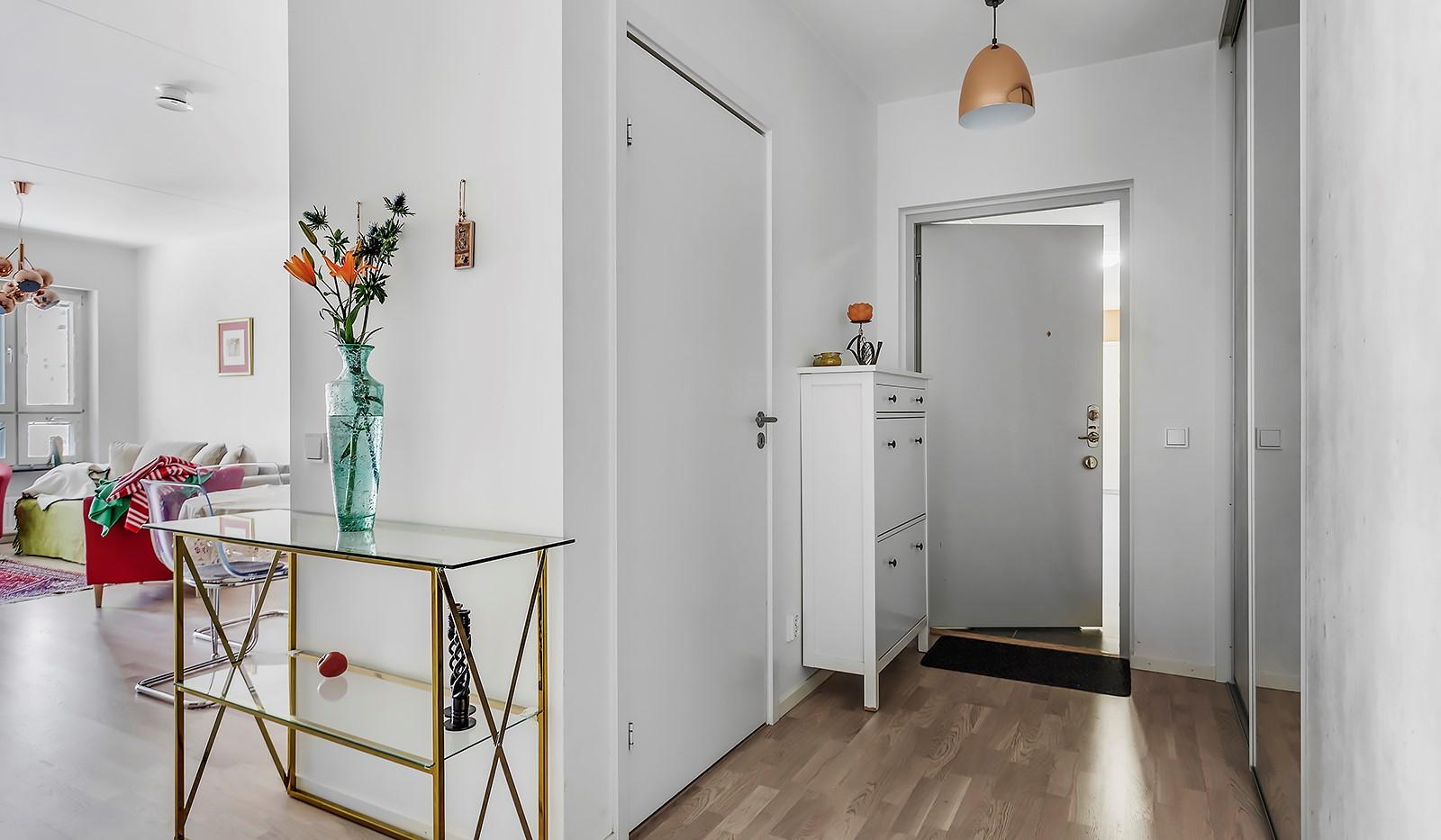 Fredriksdalsgatan 24, vån 2 - Bra förvaring med ordentlig skjutdörrsgarderob i hallen
