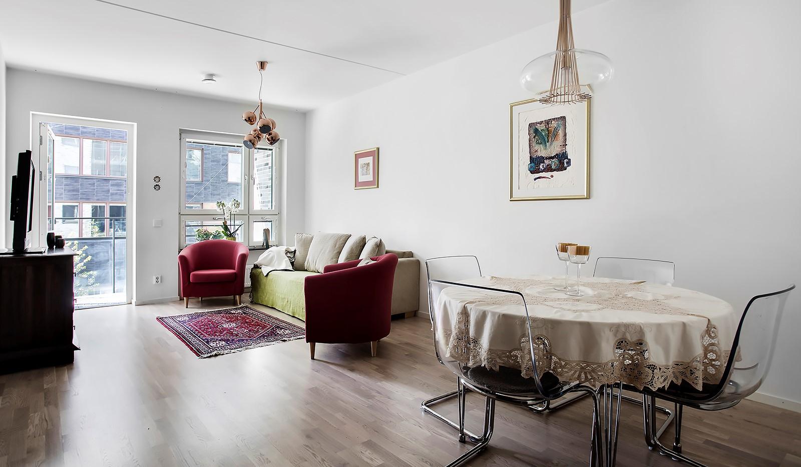 Fredriksdalsgatan 24, vån 2 - Luftigt vardagsrum som rymmer både matplats och soffa