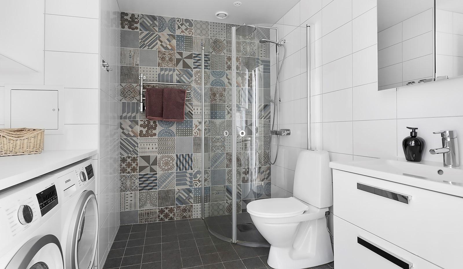 Fredriksdalsgatan 24, vån 2 - Stilrent badrum med vacker fondvägg