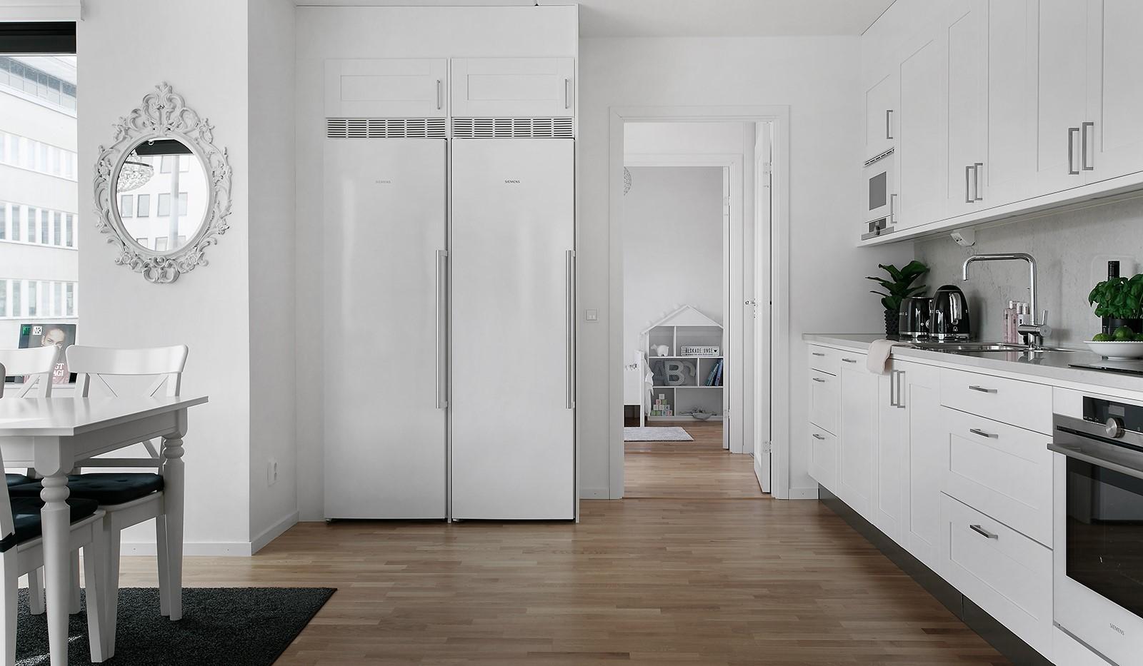 Oskarslundsbacken 13, 2tr - Köket är fullt utrustat med vitvaror i vitt