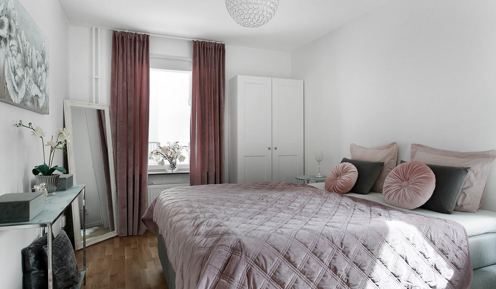 Oskarslundsbacken 13, 2tr - Rymligt sovrum med plats för dubbelsäng
