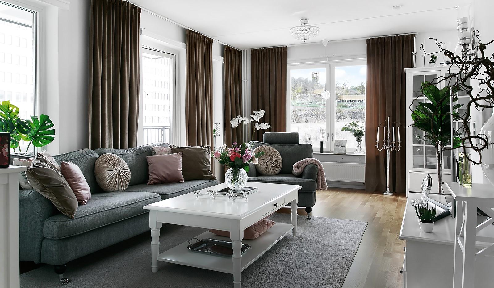 Oskarslundsbacken 13, 2tr - Trivsamt vardagsrum med plats för en ordentlig soffgrupp