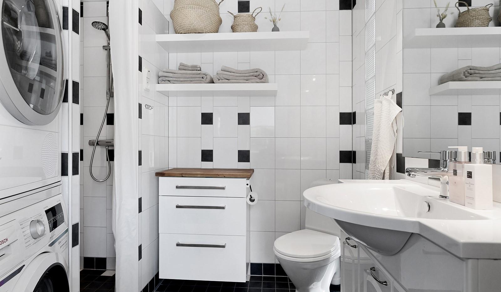 Backebogatan 20 - Badrum med dusch och tvättpelare på entréplan