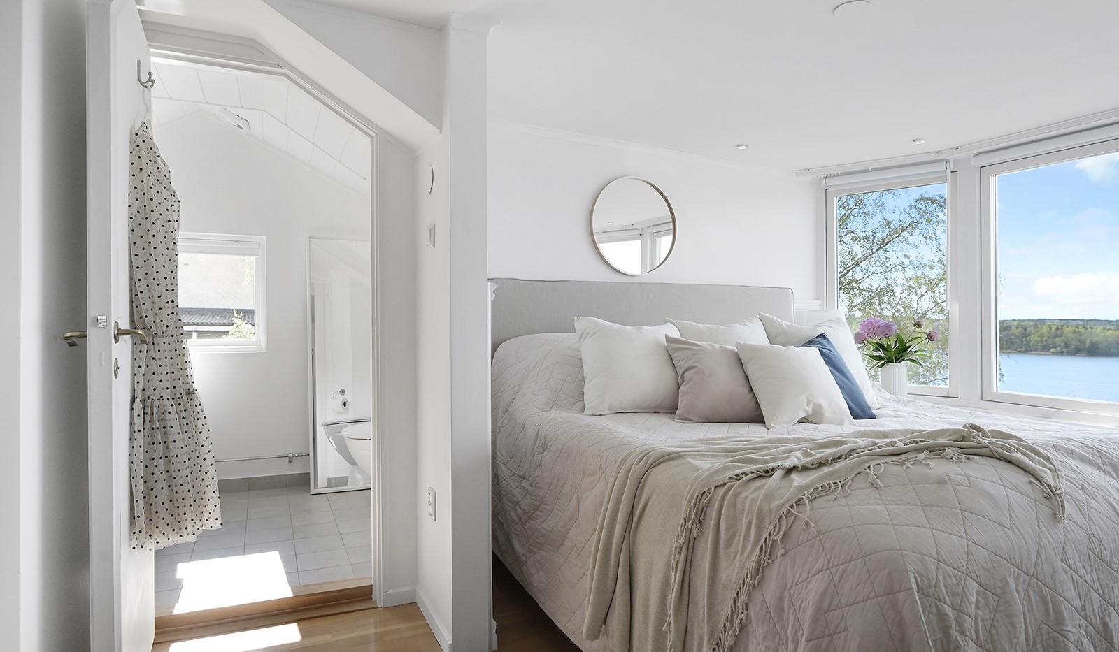 Backebogatan 20 - Sovrum med eget badrum
