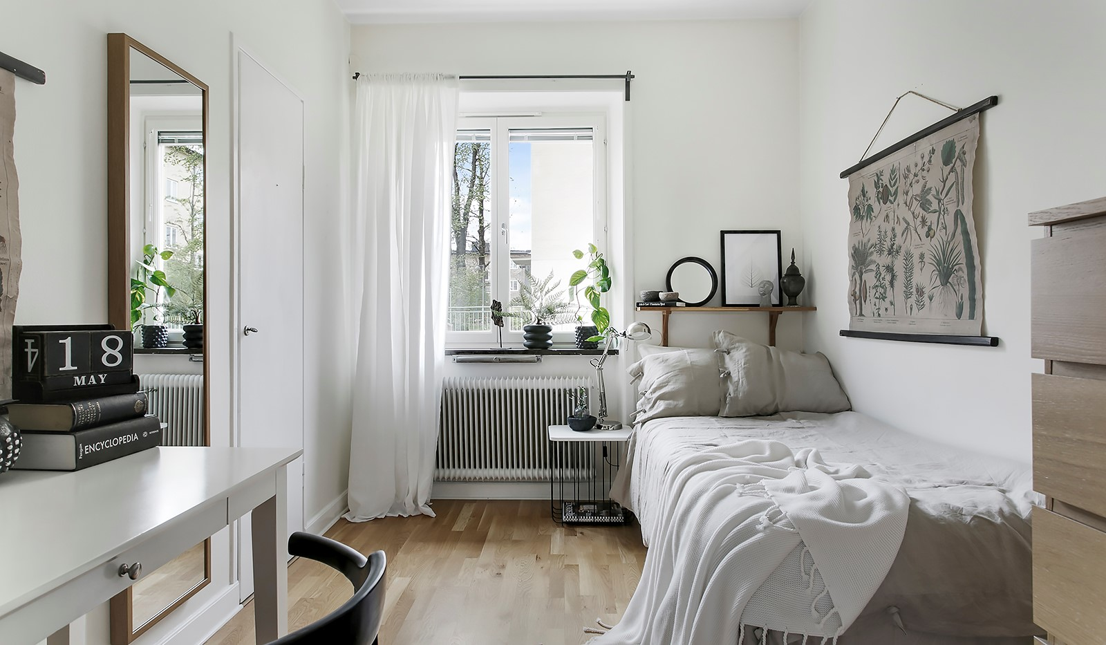 Maria Prästgårdsgata 39, 1tr - Bostadens andra sovrum rymmer säng och skrivbord