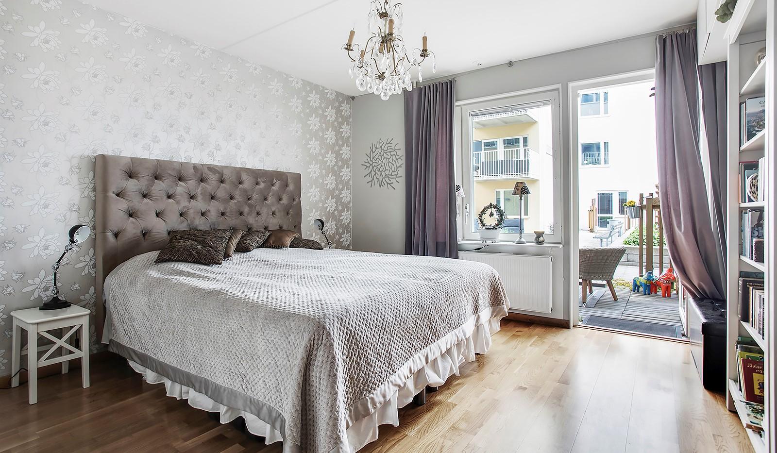 Vinodlargatan 7, 1tr - Rymligt sovrum med plats för dubbelsäng