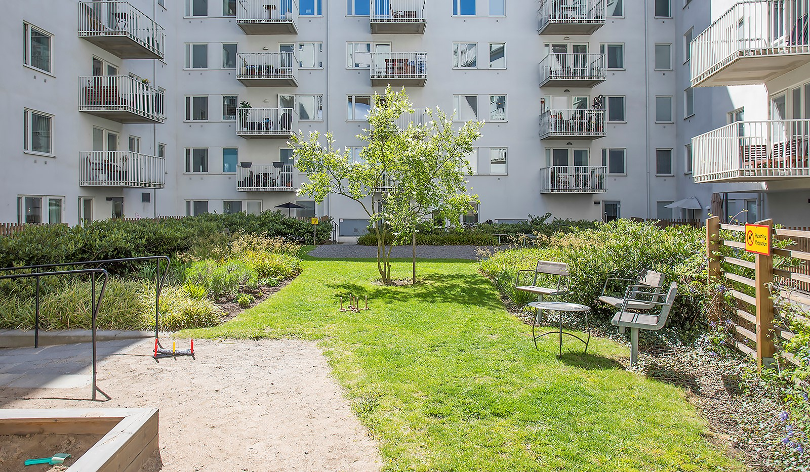 Vinodlargatan 7, 1tr - Föreningens grönskande gård
