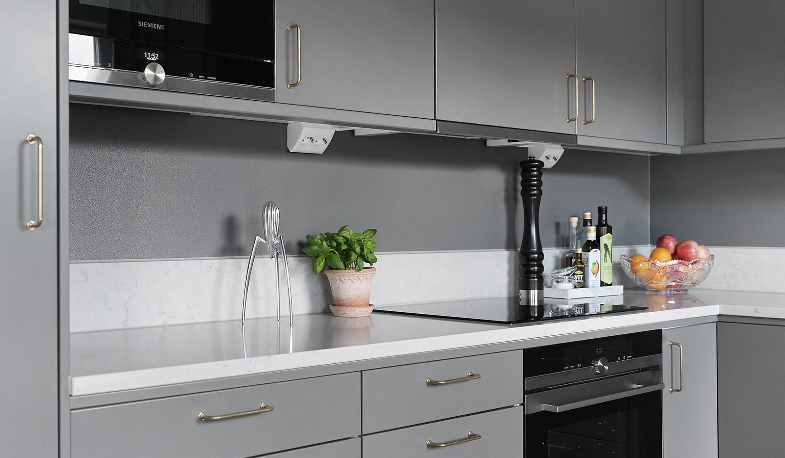 Sjöviksbacken 18, 4 tr - Fint grått kök med påkostad bänkskiva och messingbeslag