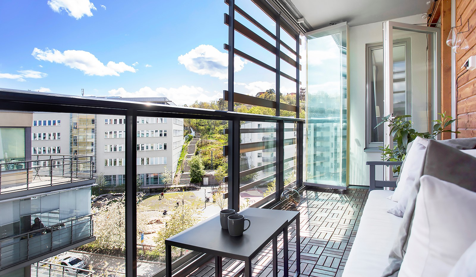 Grönbrinksgatan 10, 5 tr - Balkongen är inglasad med smart dragspelsglas