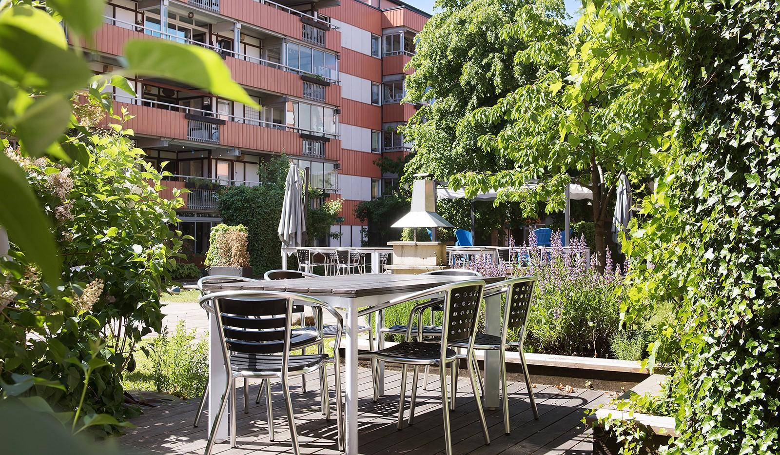 Kocksgatan 9, 5/5tr - Gott om plats för umgås, leka och grilla kvällens middag.