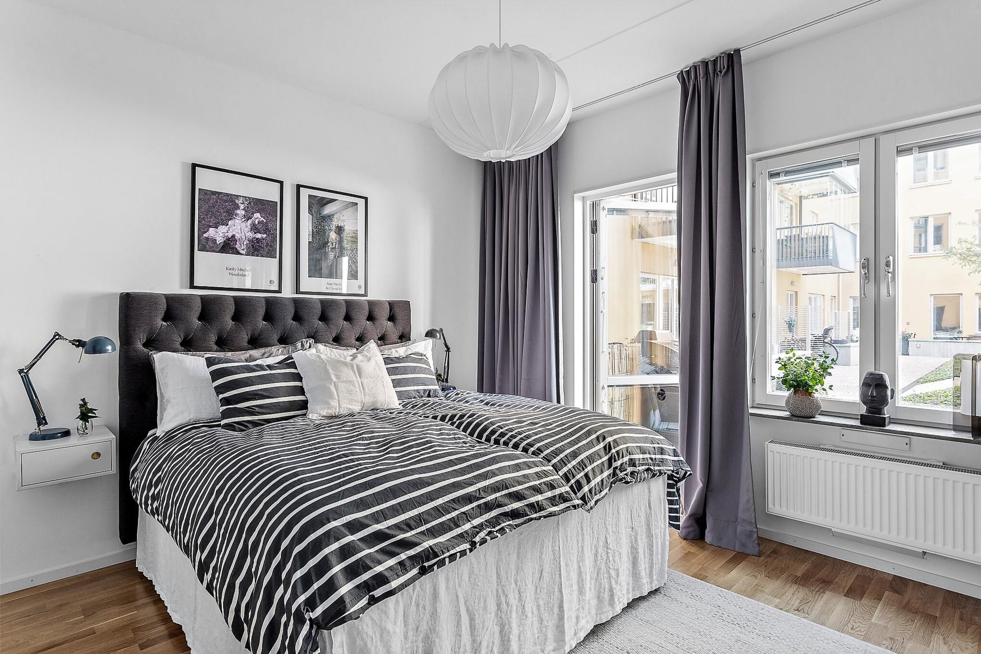 Ekfatsgatan 6 - Stor sovrum som ledigt rymmer en dubbelsäng och lite till.