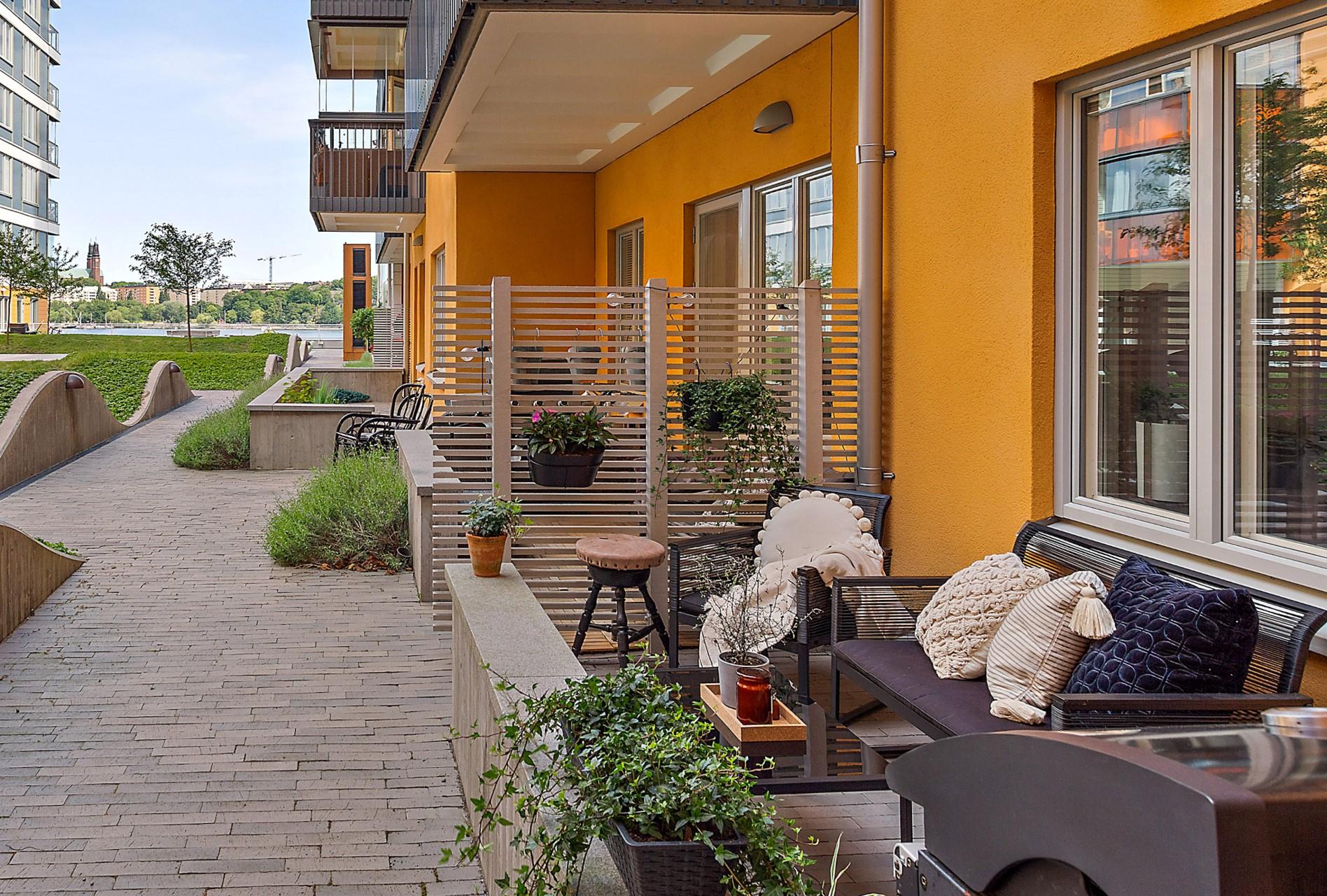 Ekfatsgatan 6 - Lugnt belägen uteplats med fin sjöutsikt.
