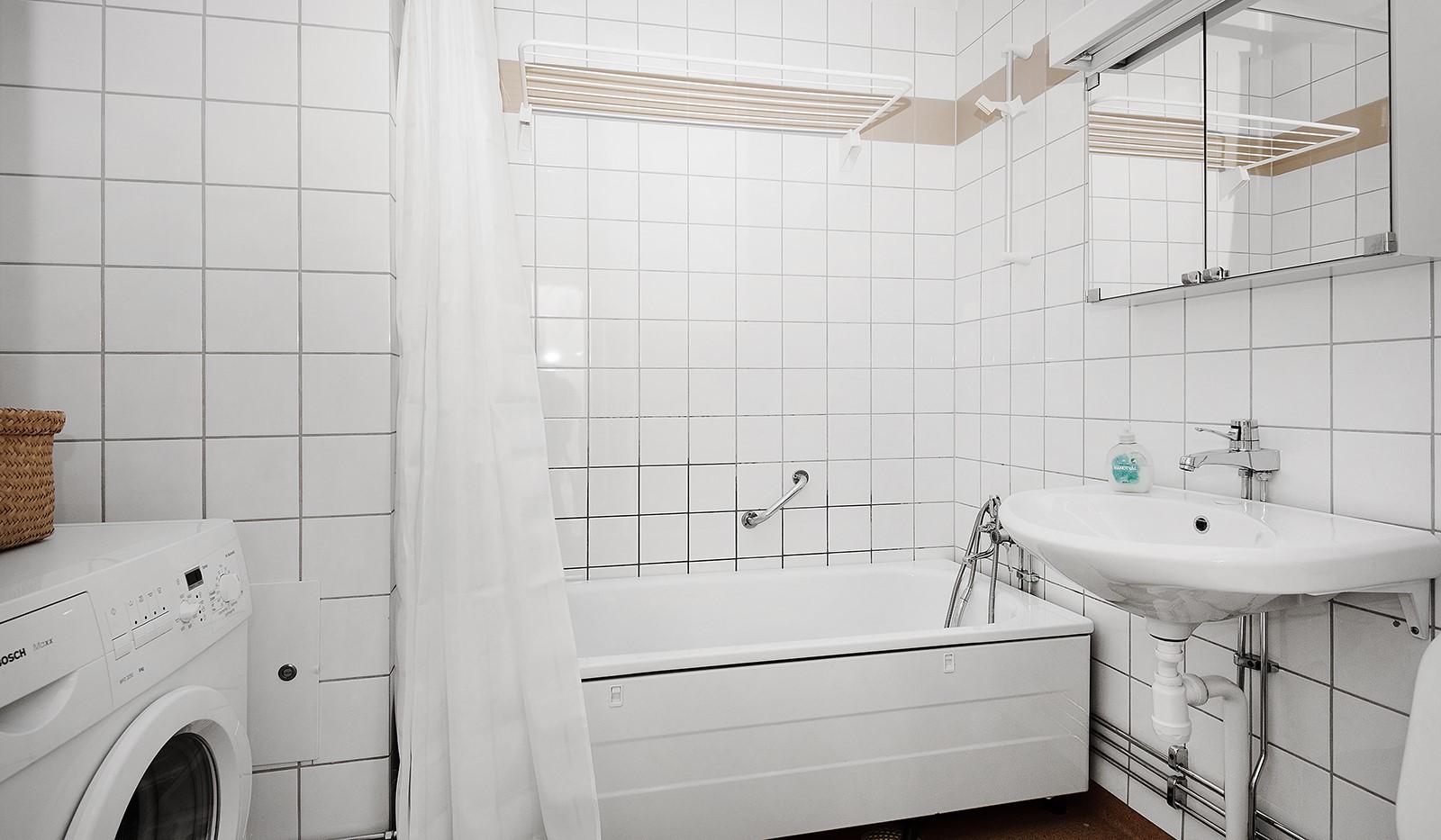 Fatburs Kvarngata 28 - Helkaklat badrum med tvättmaskin