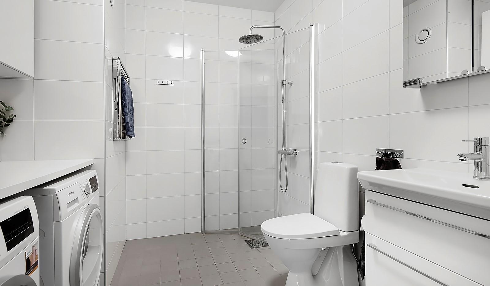 Oskarslundsbacken 1, 2tr - Stilrent badrum med himmeldusch, tvättmaskin och torktumlare