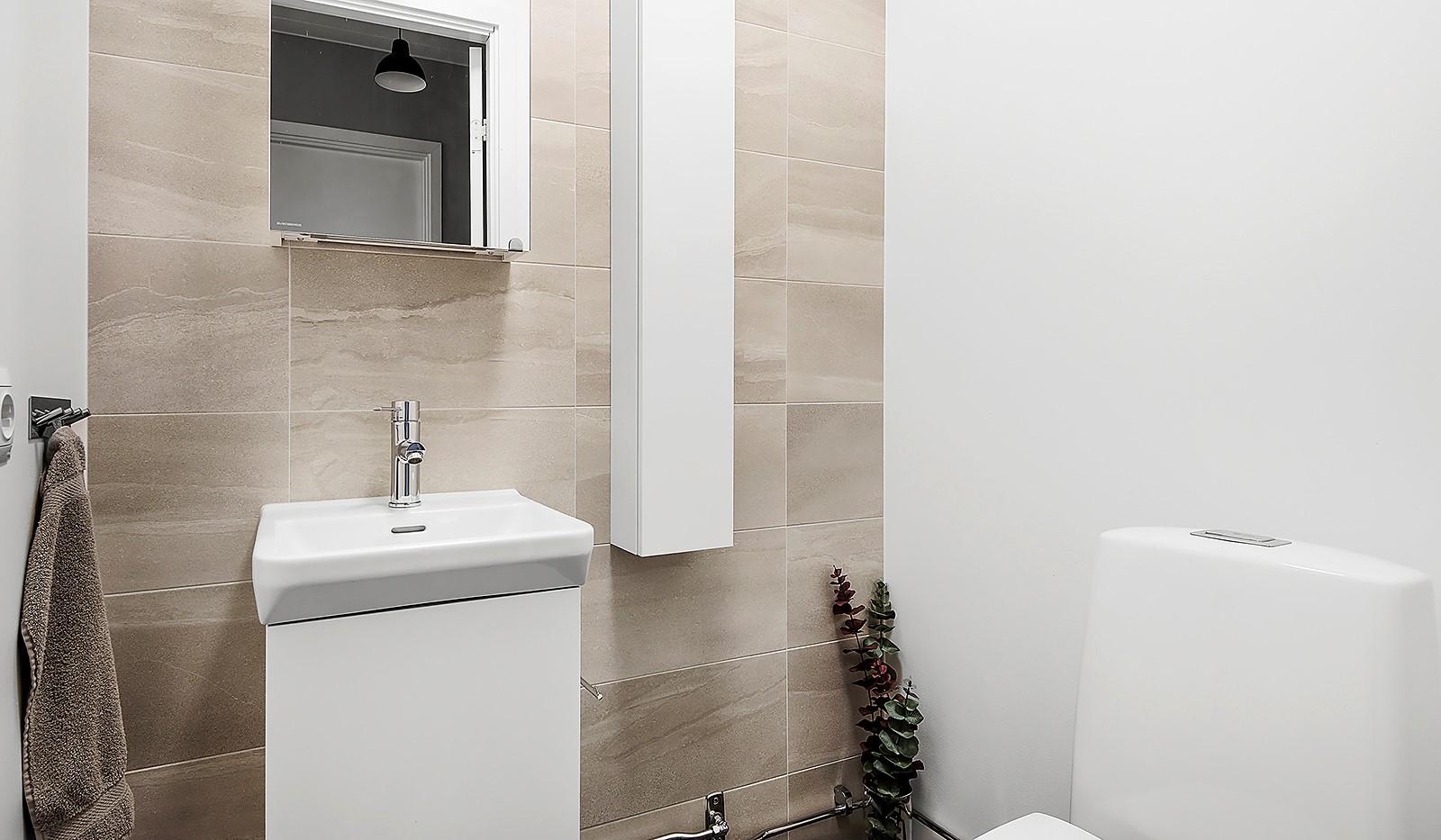 Oskarslundsbacken 1, 2tr - Snyggt helkaklat badrum