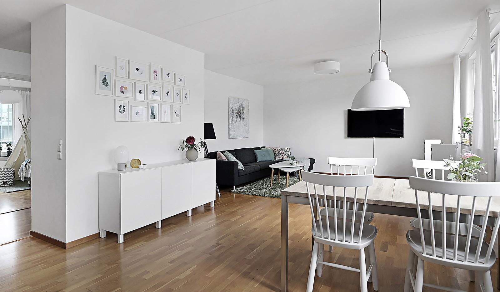 Grönbrinksgatan 8, 6 tr - I vardagsrummet ryms en ordentlig soffa och matplats
