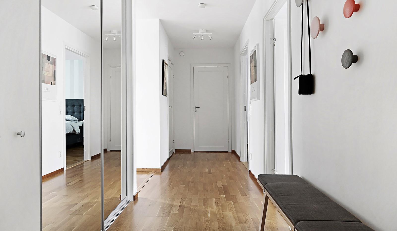 Grönbrinksgatan 8, 6 tr - I hallen finns en större skjutdörrsgarderob samt klädkammare