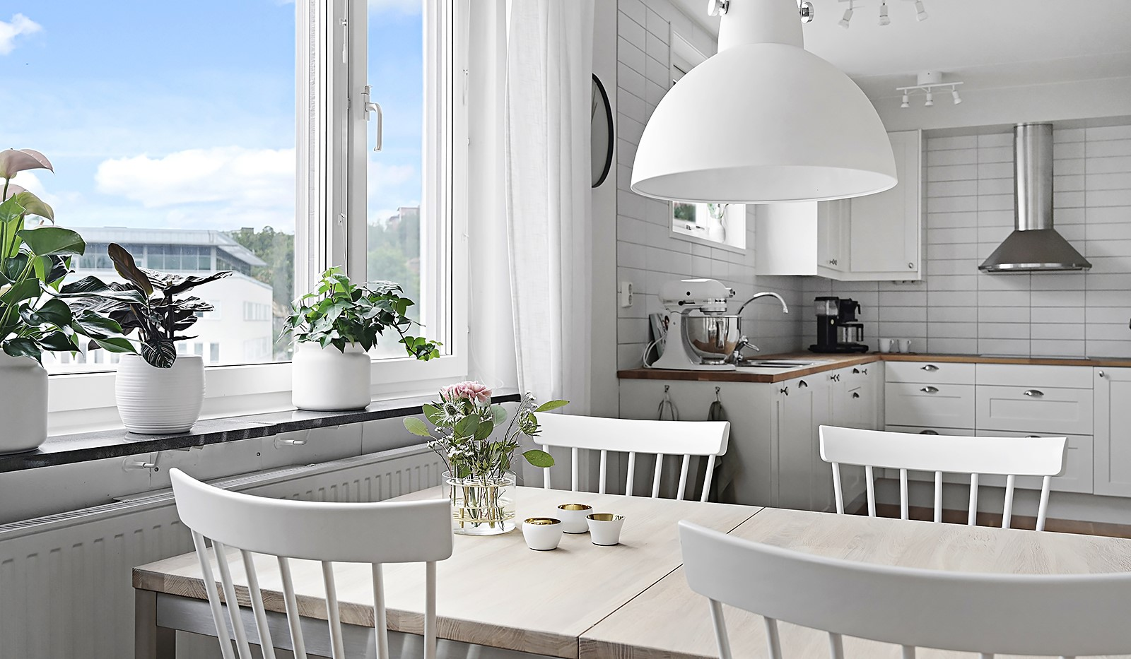 Grönbrinksgatan 8, 6 tr - I anslutning till köket ryms en ordentlig matplats framför fönster