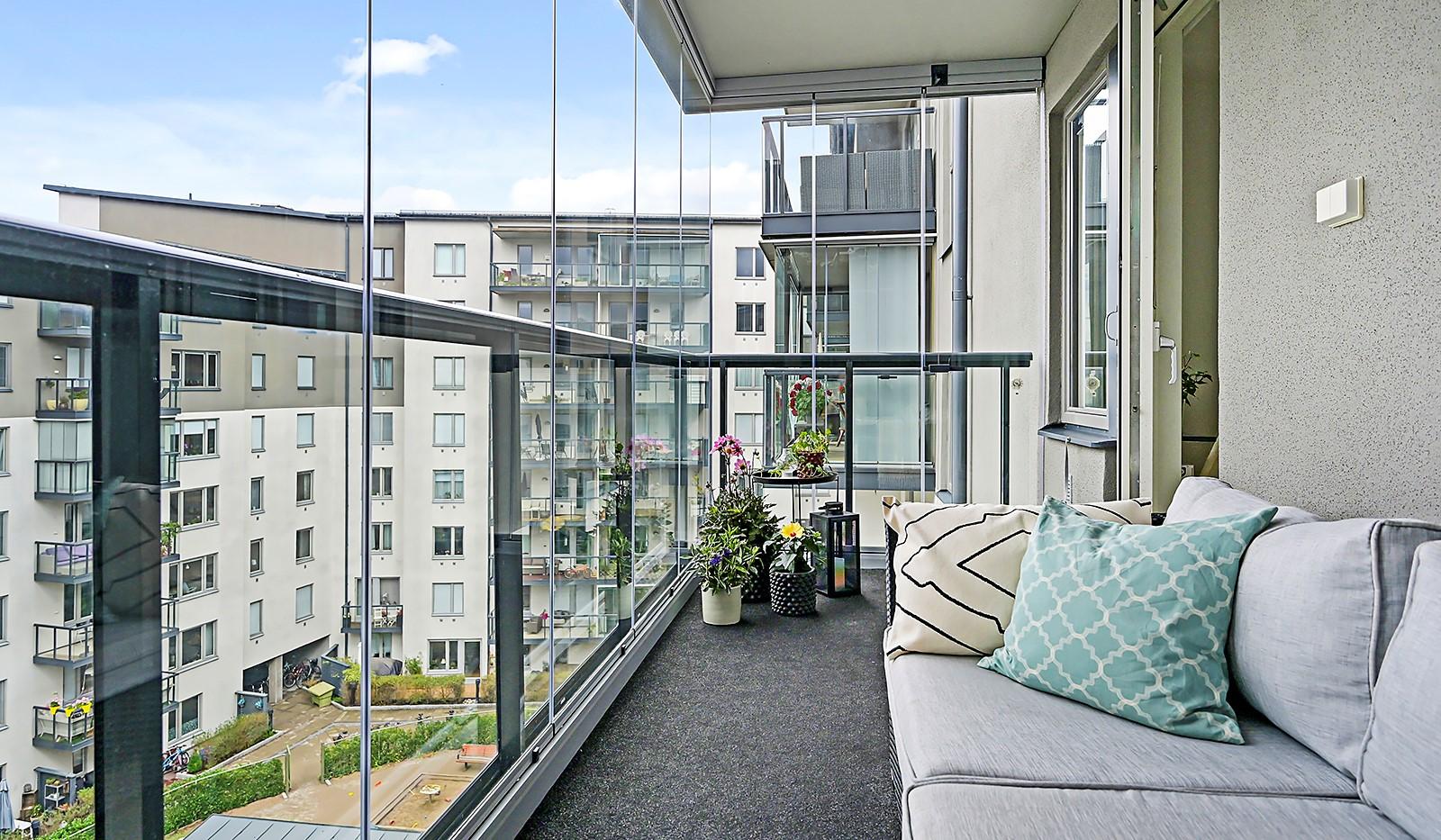 Grönbrinksgatan 8, 6 tr - Stor inglasad balkong mot lugn gård