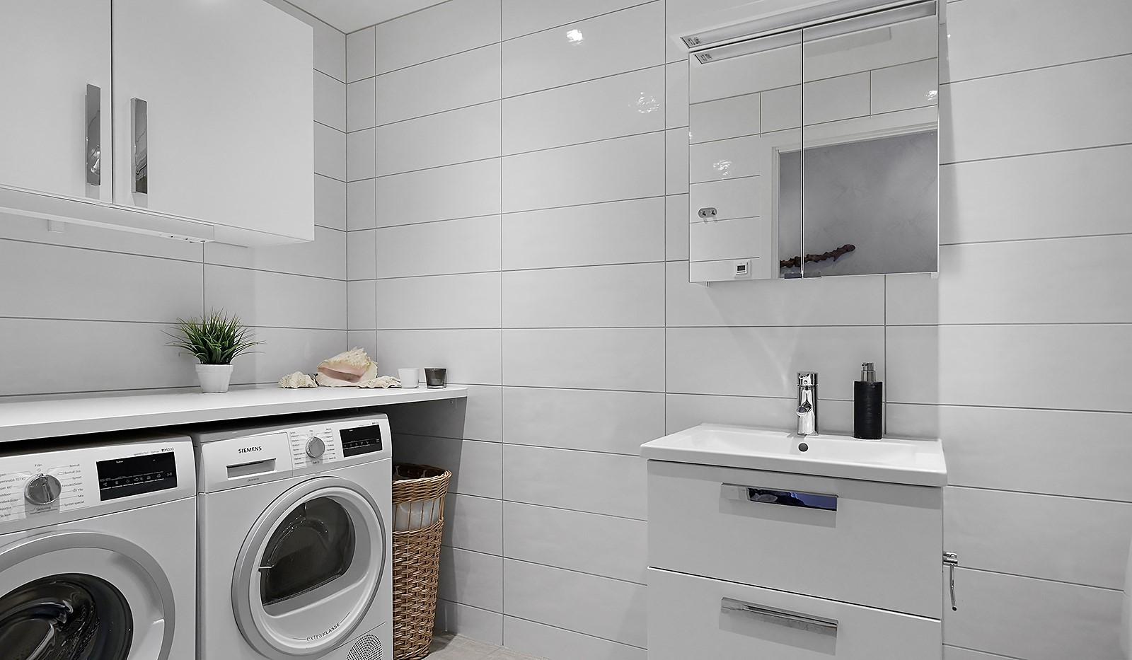 Fredriksdalsgatan 24, vån 2 - Badrummet är utrustat med tvättmaskin och torktumlare