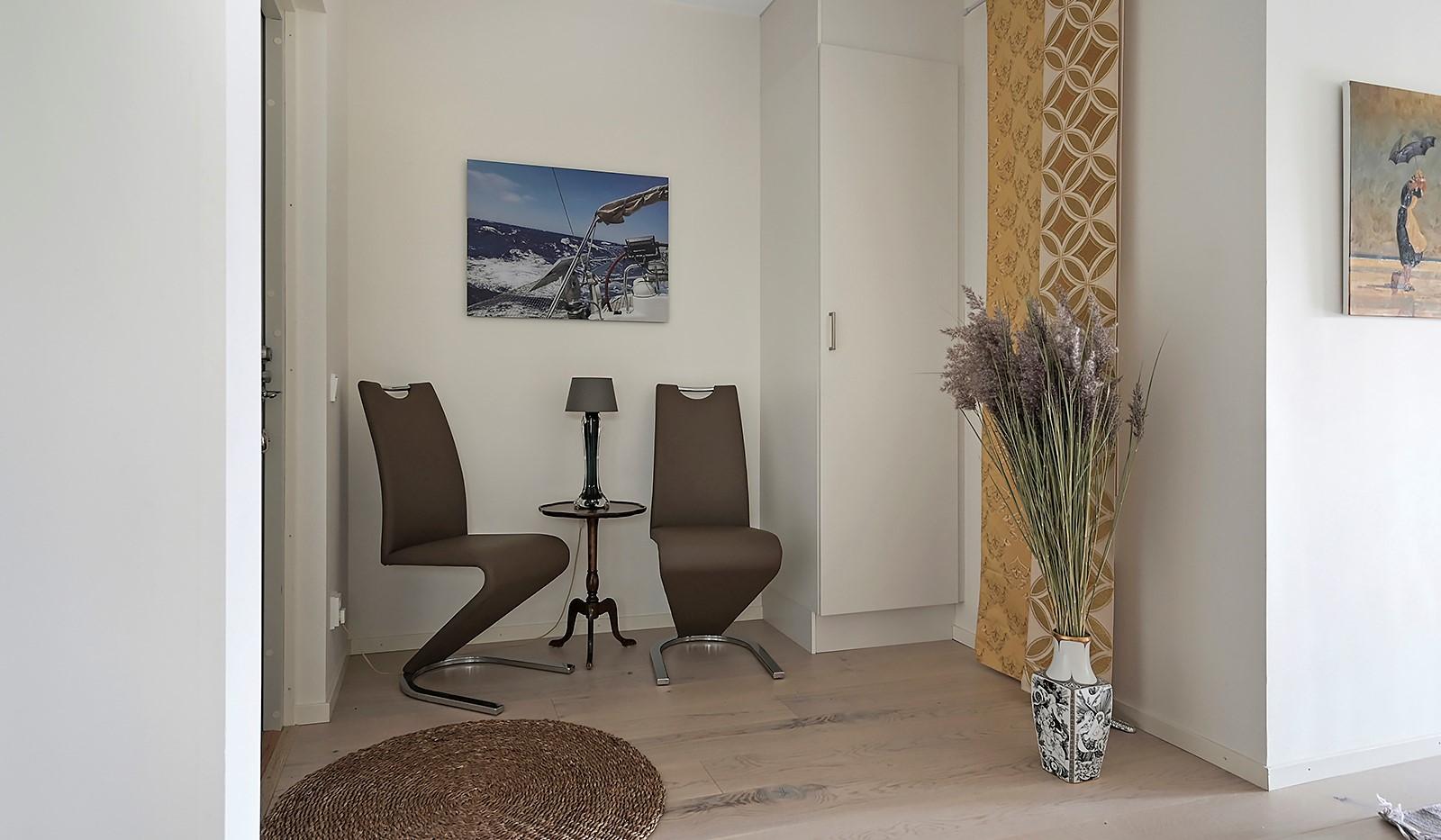 Fredriksdalsgatan 24, vån 2 - I hallen ryms förutom garderob t.ex. sittbänk, hatthylla eller barnvagn.