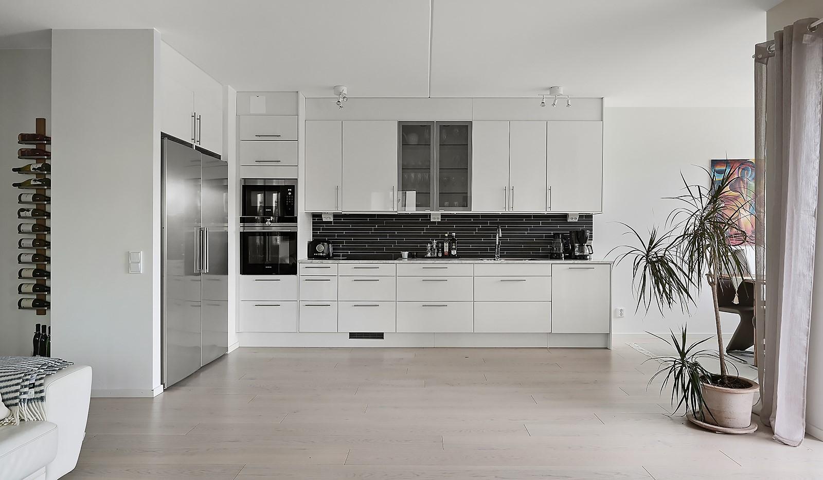Fredriksdalsgatan 24, vån 2 - Social och öppen planlösning mellan vardagsrum och kök
