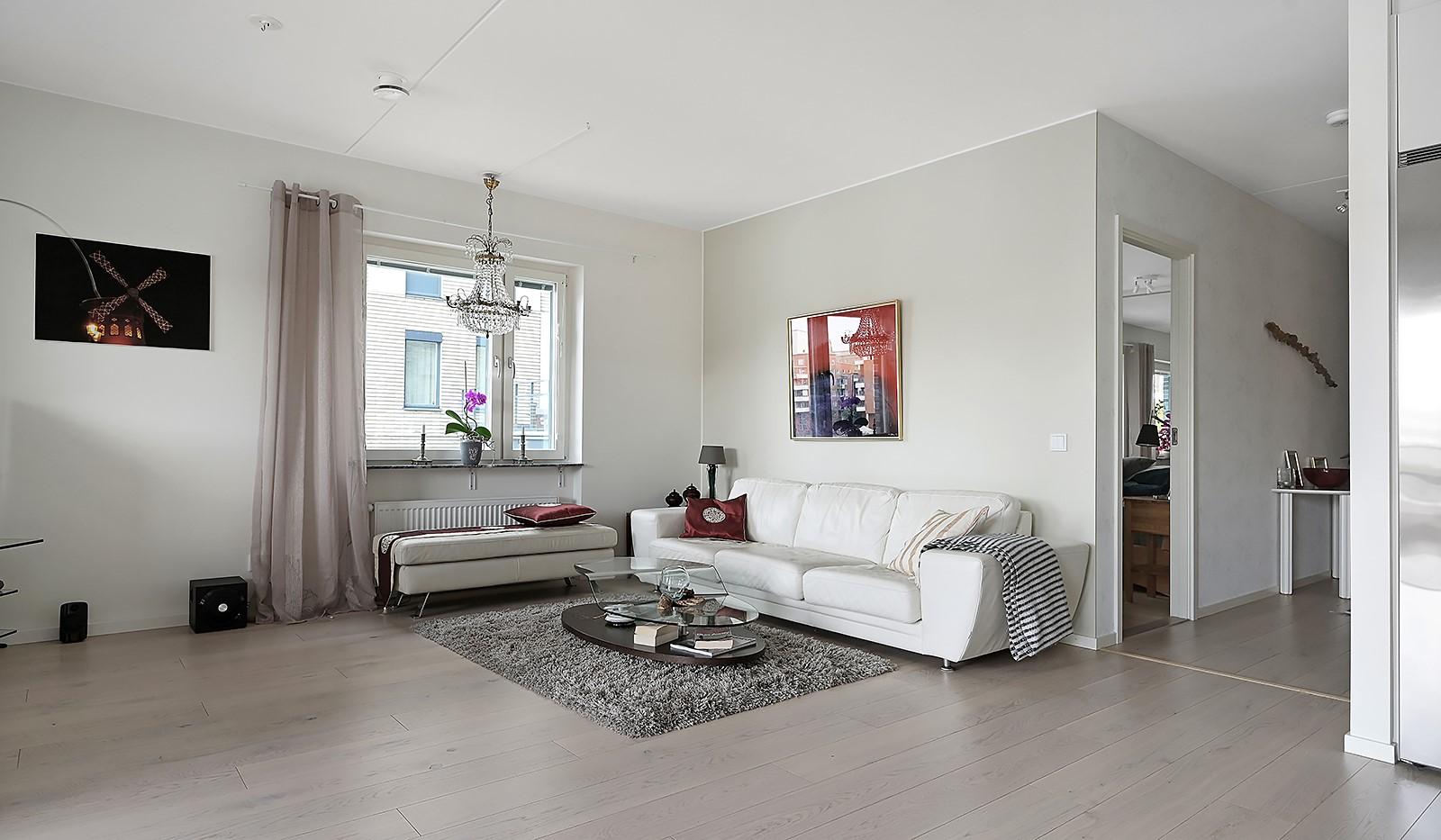 Fredriksdalsgatan 24, vån 2 - I vardagsrummet ryms en ordentlig soffgrupp med tillhörande möblemang