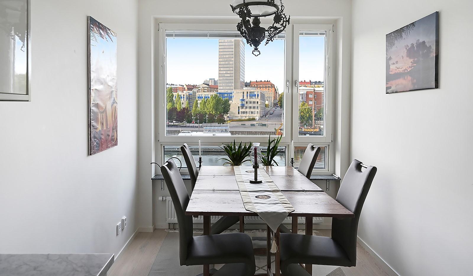 Fredriksdalsgatan 24, vån 2 - Här kan man avnjuta middagen på första parkett mot Hammarby Kanal