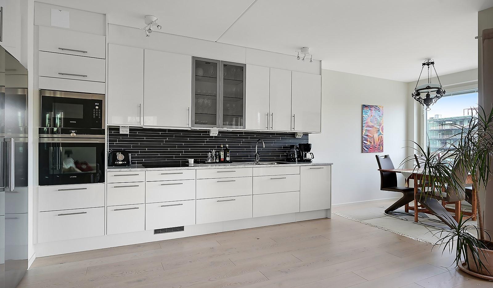 Fredriksdalsgatan 24, vån 2 - Stilrent kök med vita luckor