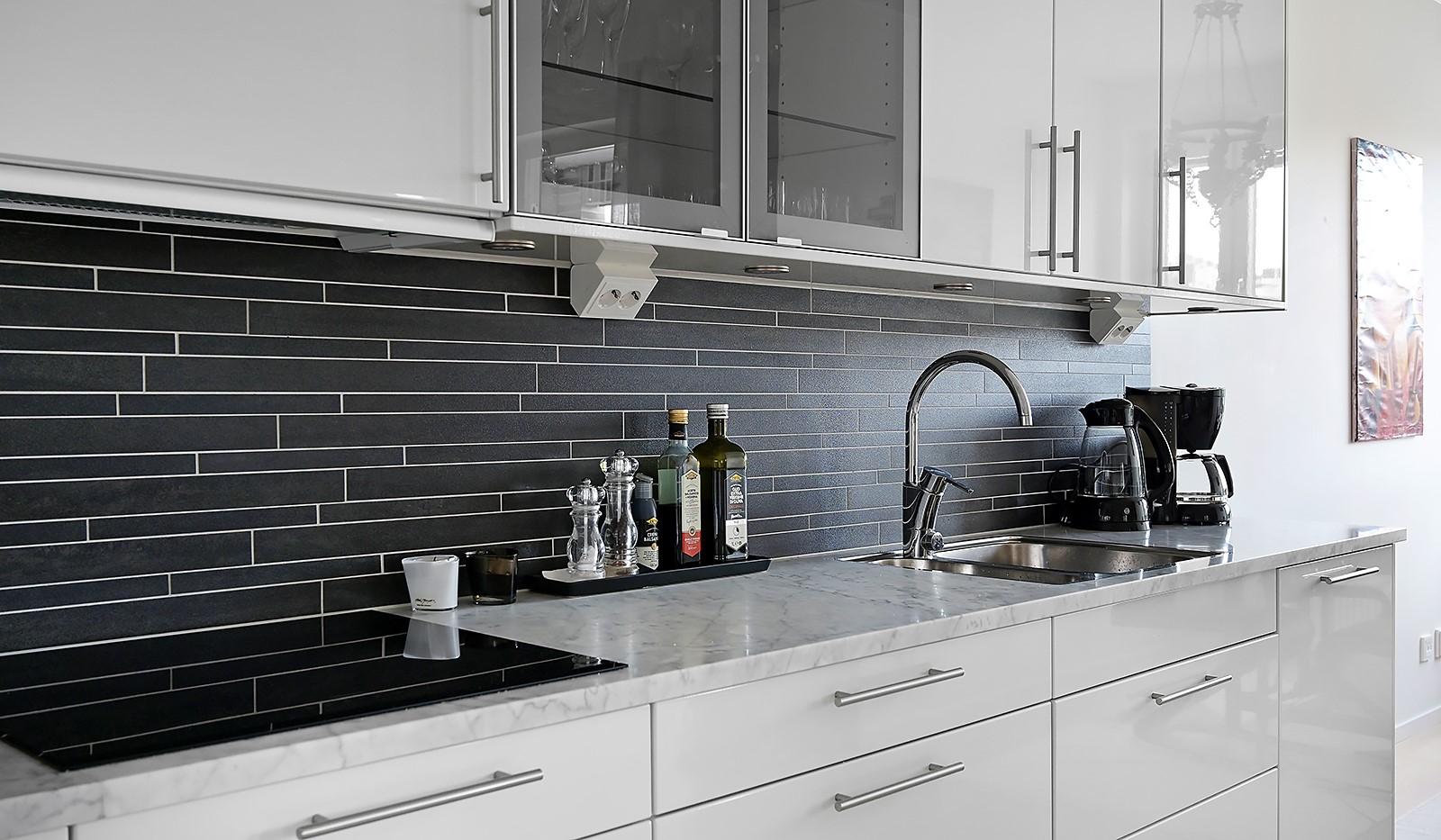 Fredriksdalsgatan 24, vån 2 - Arbetsbänken i Carraramarmor är en vacker detalj i köket