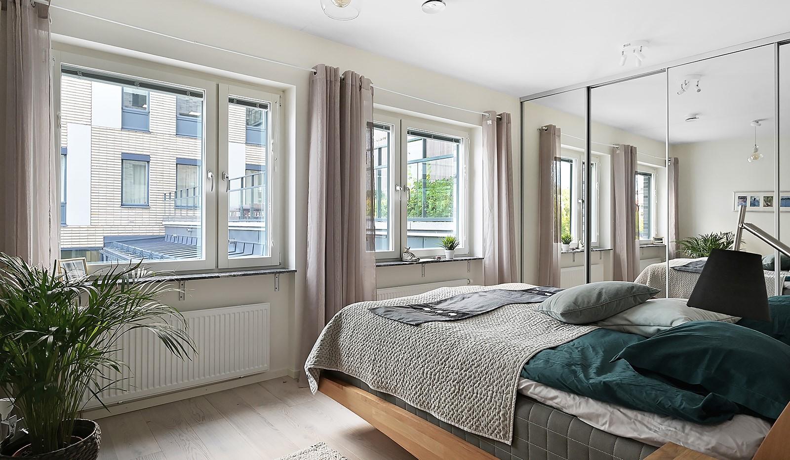 Fredriksdalsgatan 24, vån 2 - Rymligt sovrum med dubbla fönster och ordentlig skjutdörrsgarderob