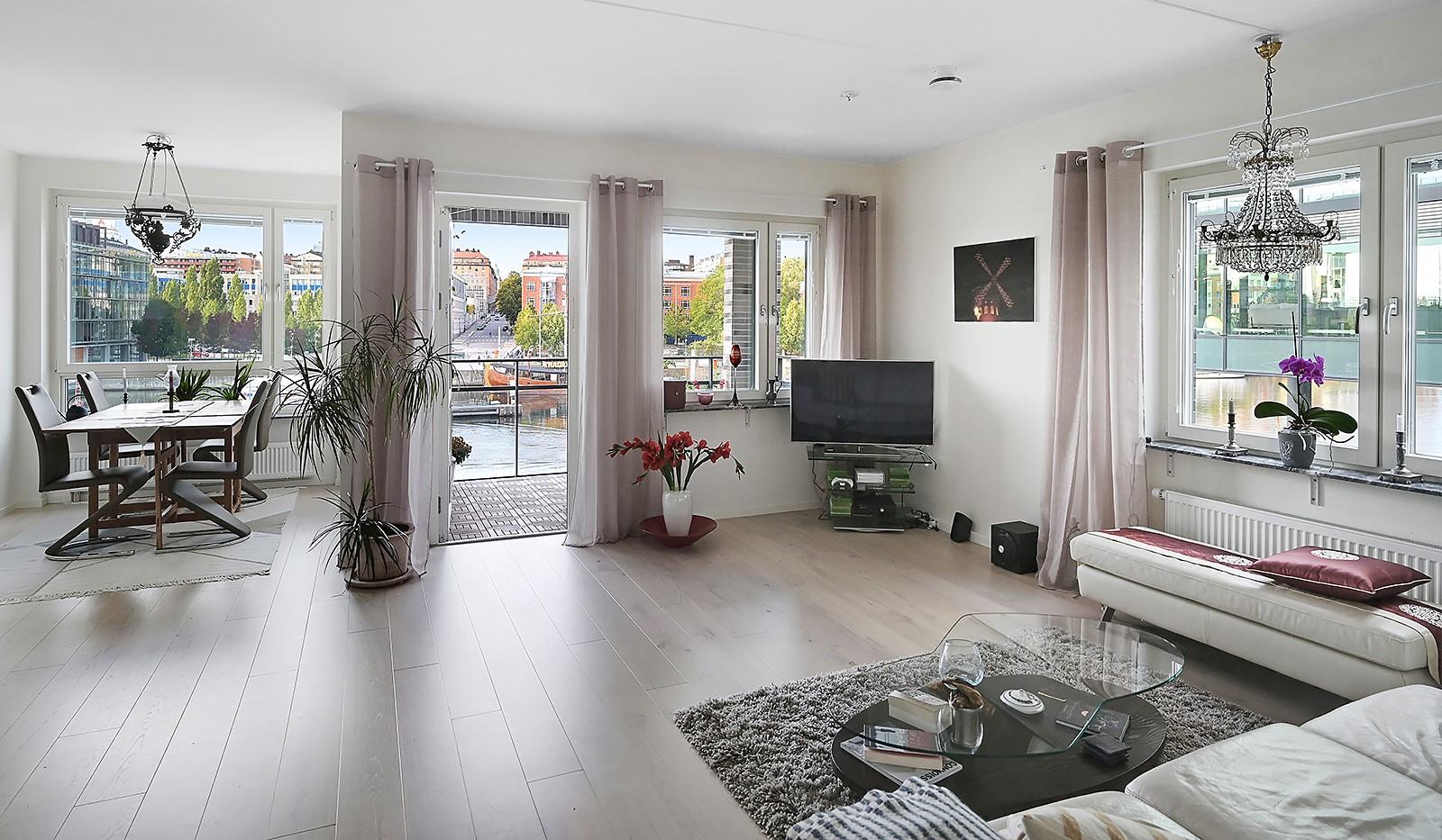Fredriksdalsgatan 24, vån 2 - Hörnläget förser vardagsrummet med fönster i dubbla väderstreck