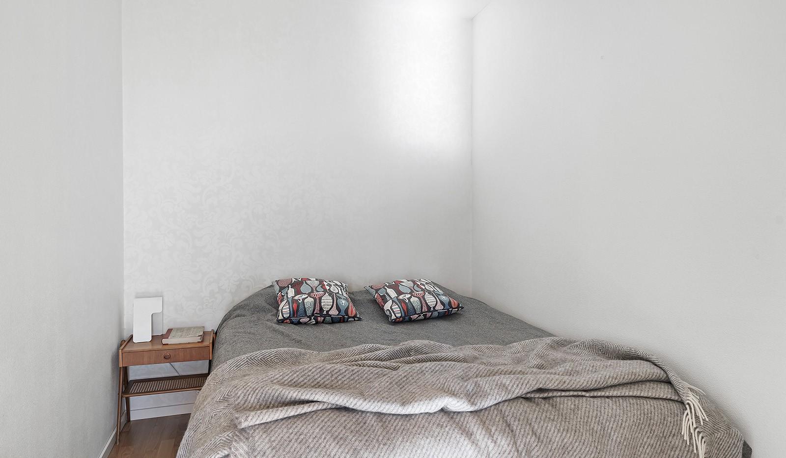 Midskeppsgatan 19, vån 4 - Här ryms större säng och sängbord