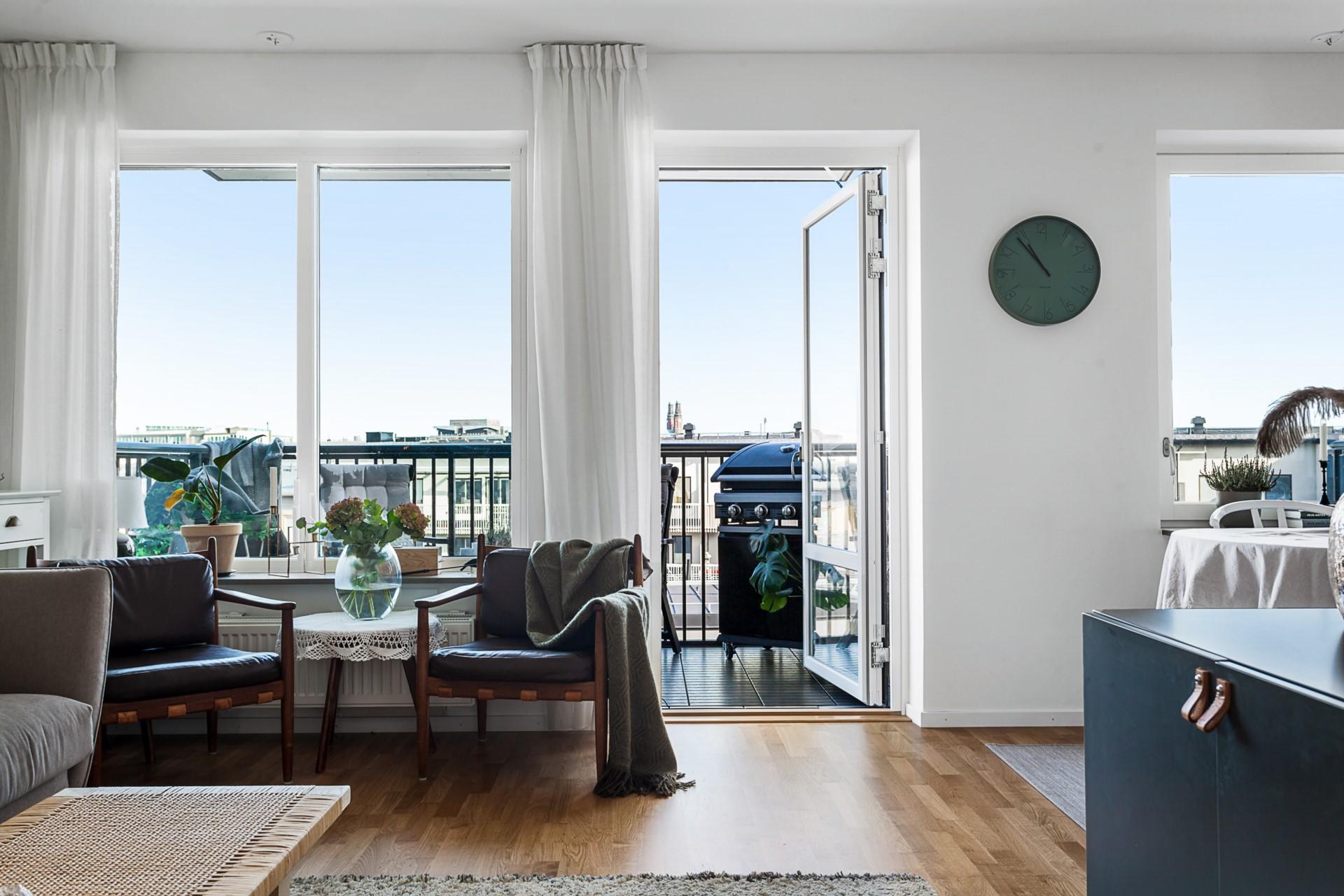 Oskarslundsbacken 1, 7tr, Högst upp! - Utsikt från både vardagsrum och kök.