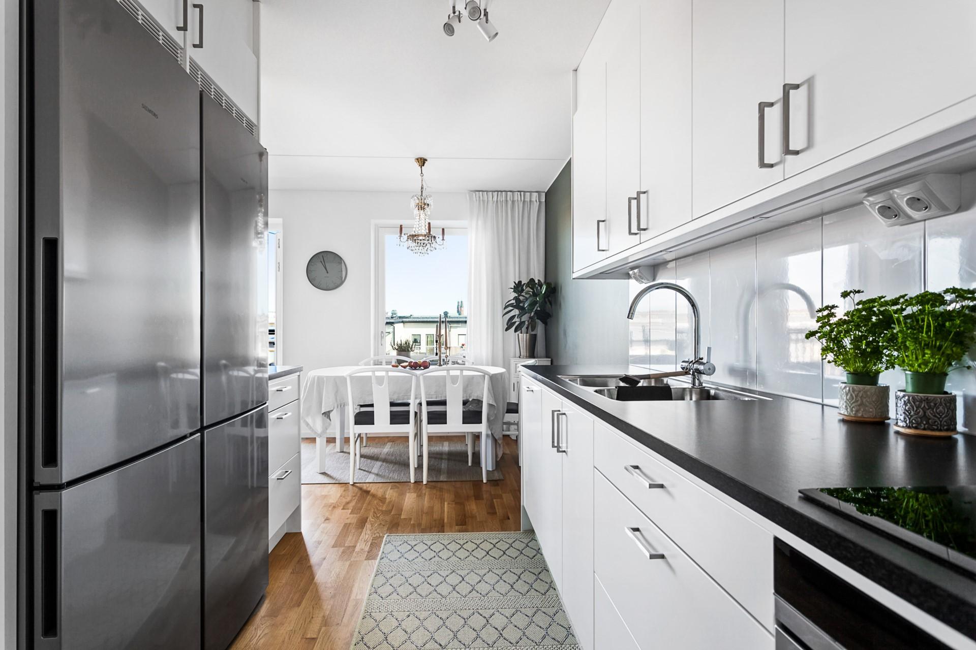 Oskarslundsbacken 1, 7tr, Högst upp! - Fint kök i vitt med bra maskinpark. Här finns även en avfallskvarn.