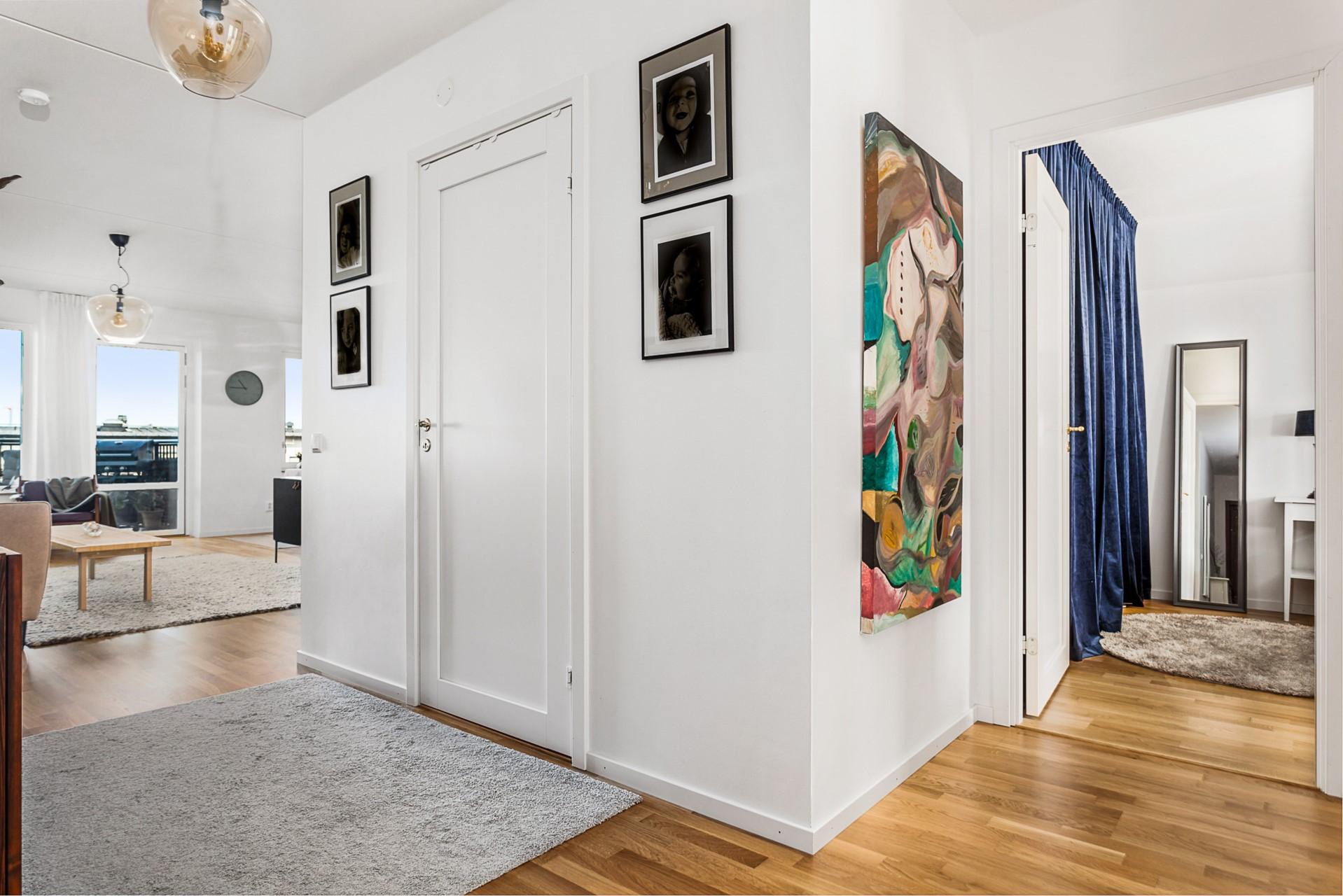 Oskarslundsbacken 1, 7tr, Högst upp! - Vardagsrum, badrum och sovrum.