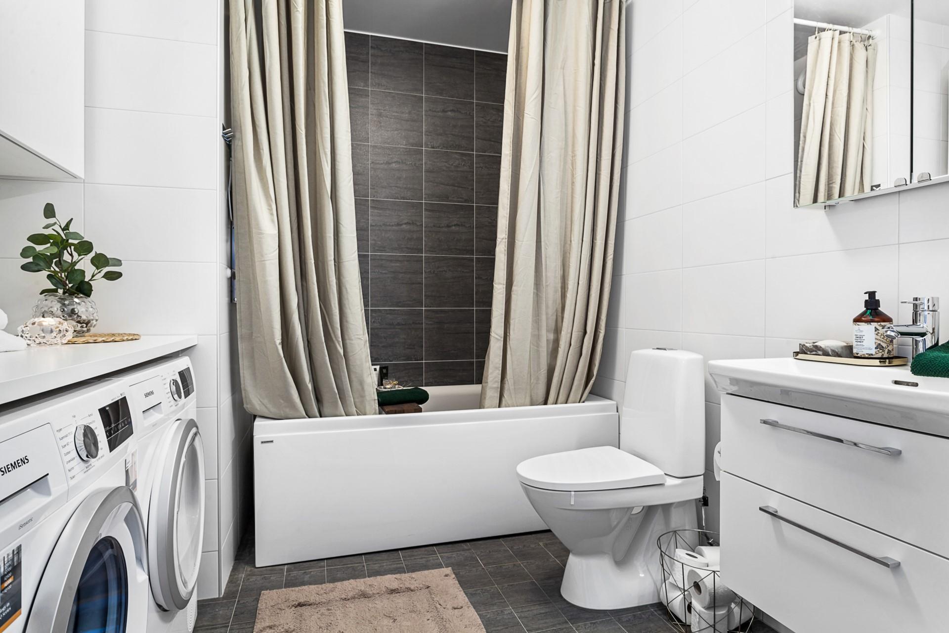 Oskarslundsbacken 1, 7tr, Högst upp! - Snyggt och rymligt badrum med fina färgval.