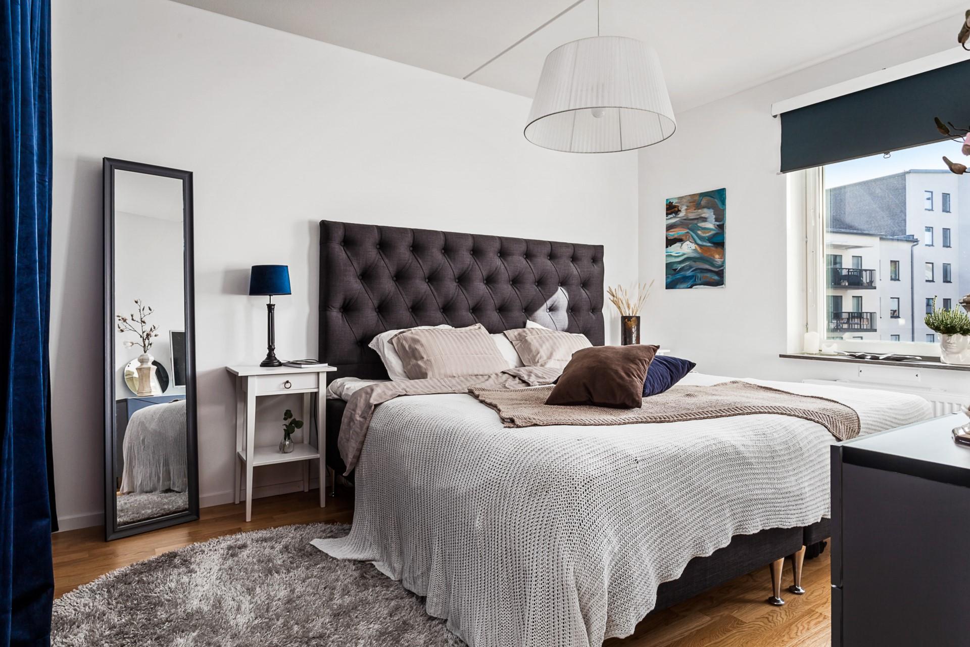 Oskarslundsbacken 1, 7tr, Högst upp! - Rymligt sovrum med ingång till en stor klädkammare.