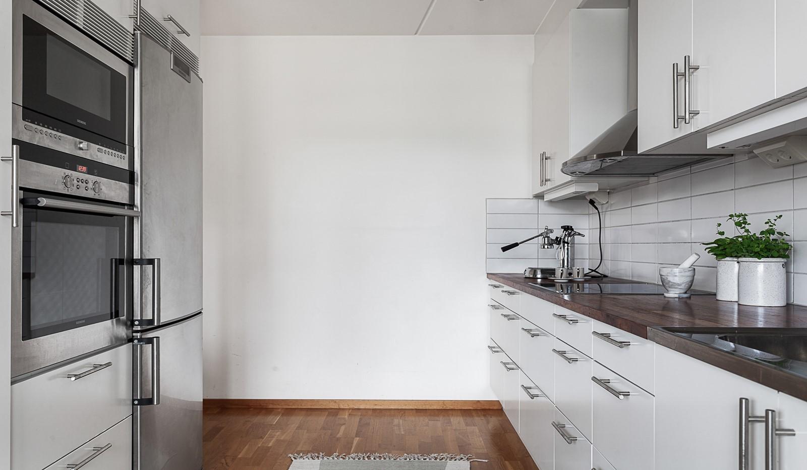 Grönbrinksgatan 10, 5 tr - Köket är fullt utrustat med vitvaror i rostfritt