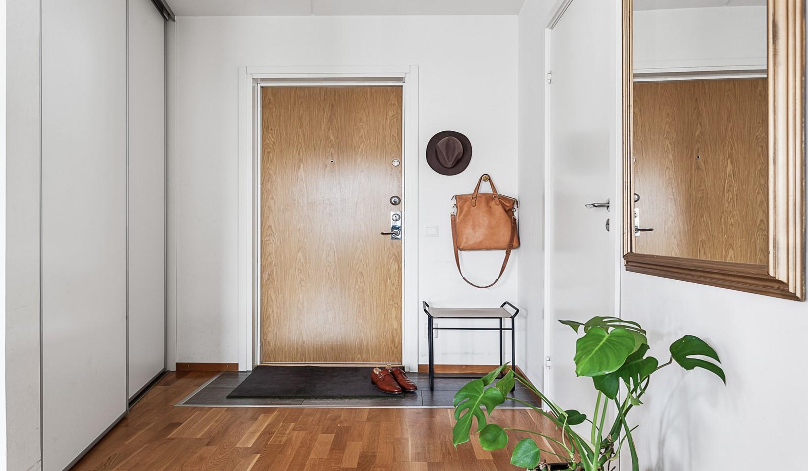 Grönbrinksgatan 10, 5 tr - Välkomnande hall med bra förvaring i ordentlig skjutdörrsgarderob