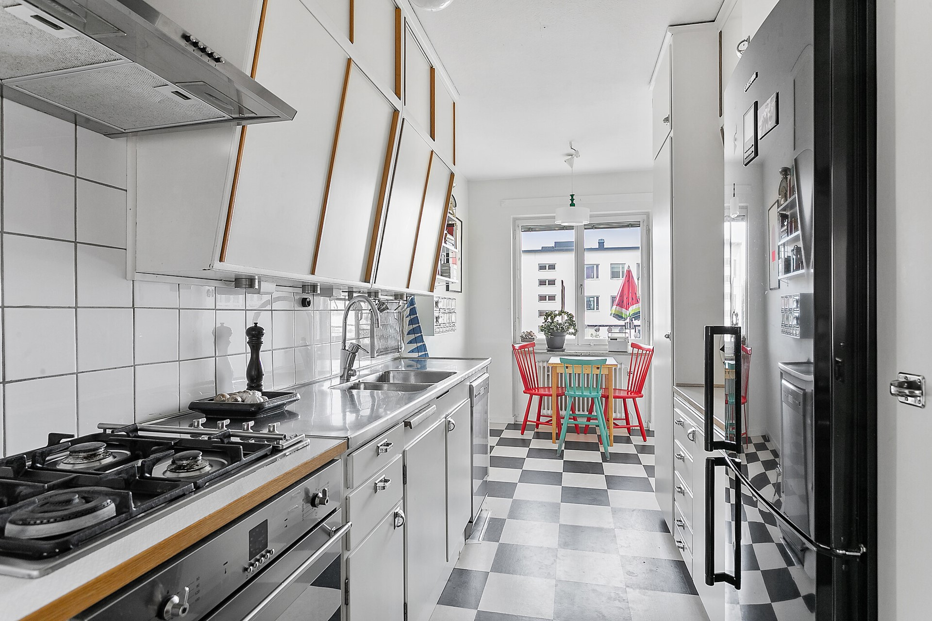 Fågeltorget 169, 2tr - Tidstypiskt kök med gasspis och varmluftsugn.