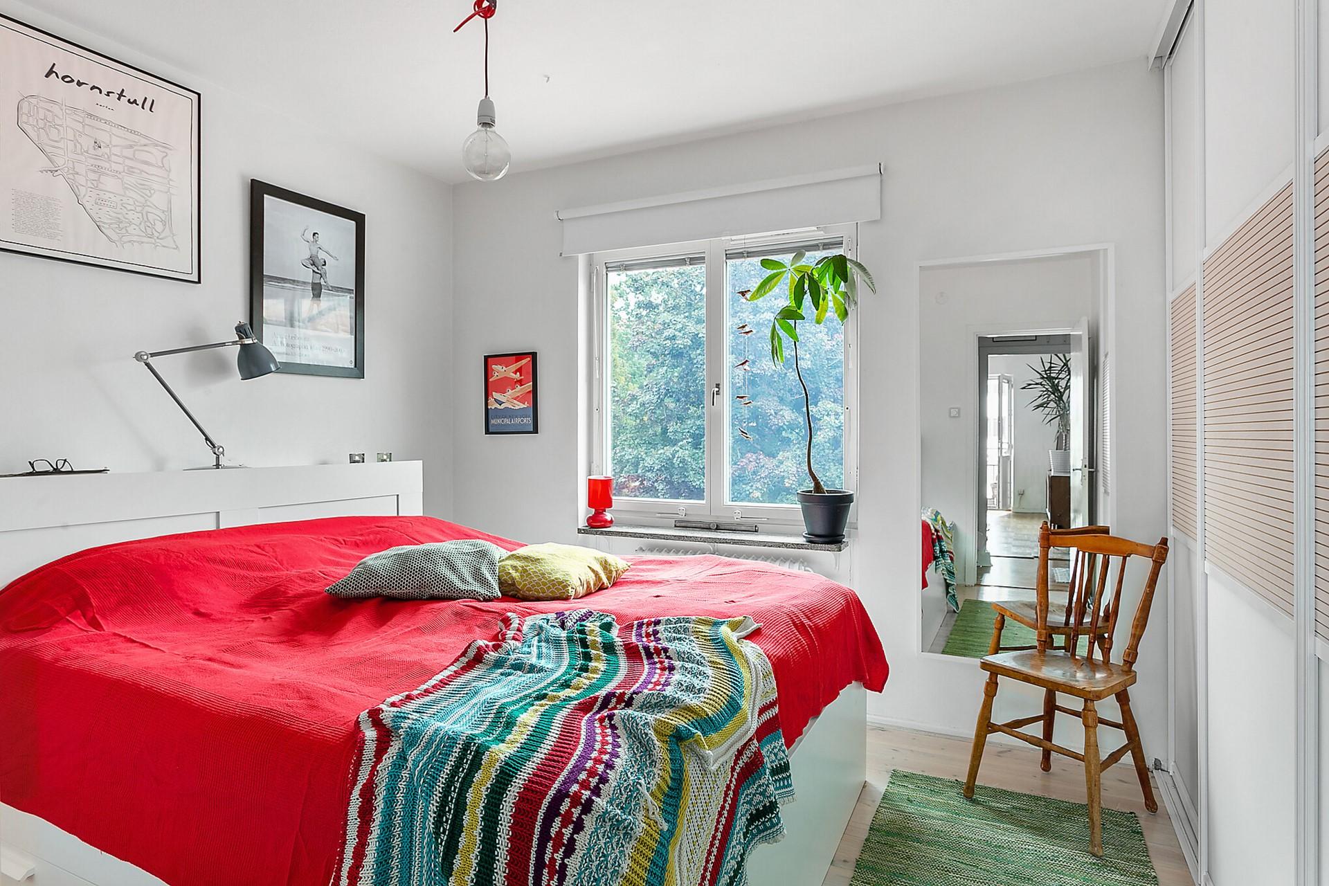 Fågeltorget 169, 2tr - Rymligt och insynsskyddat sovrum med mycket förvaring