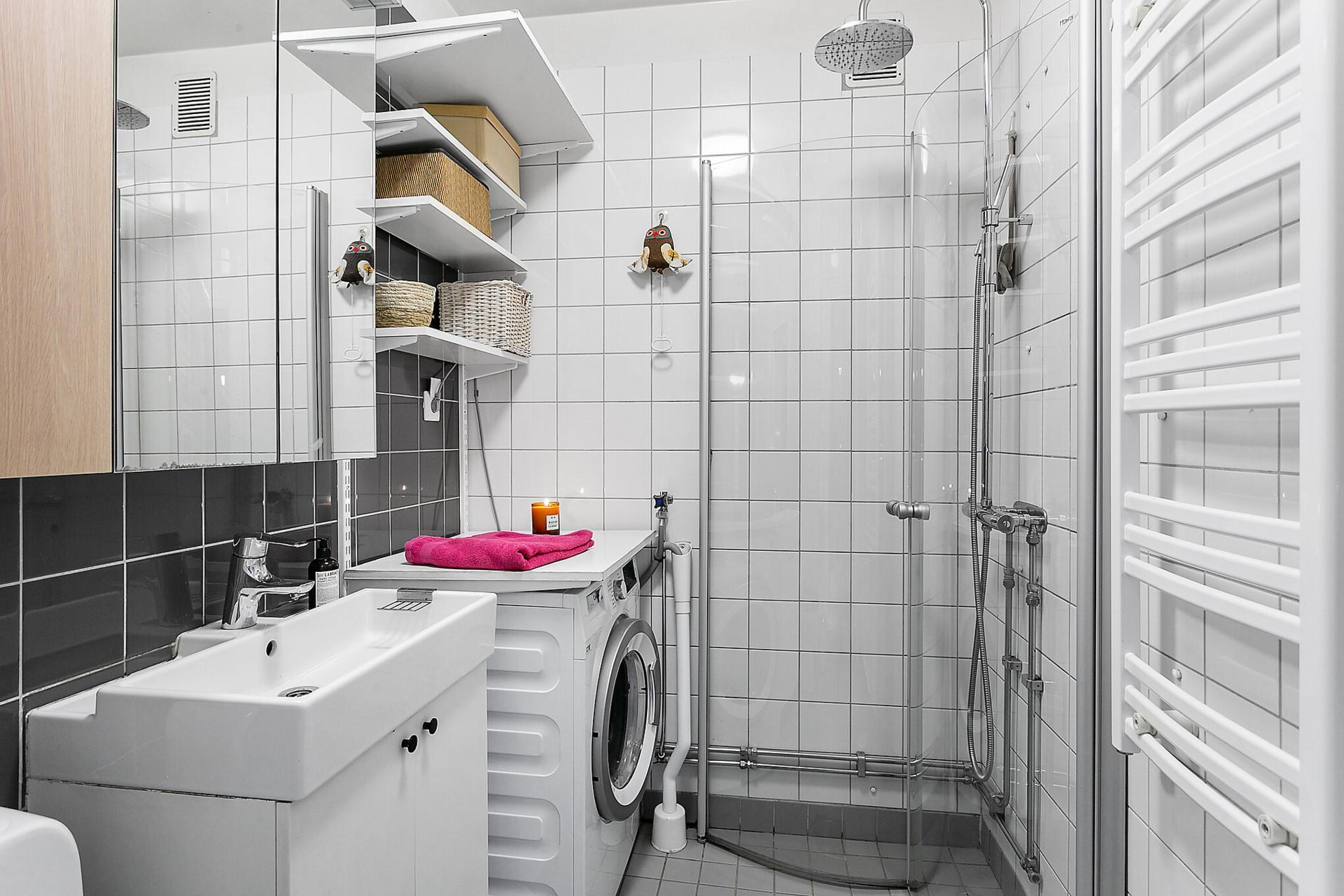 Fågeltorget 169, 2tr - Helkaklat badrum med dusch och tvättmaskin.