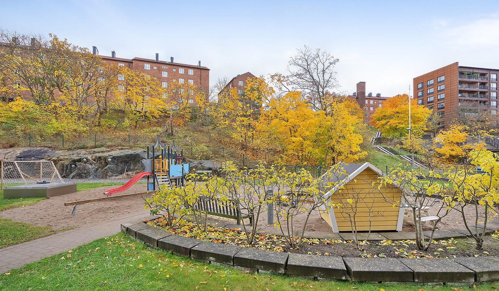 Hägerstensvägen 99B - Föreningens barnvänlig gård med lekplats.