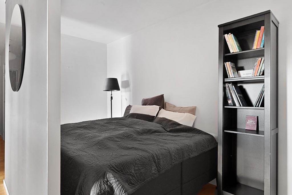 Vinodlargatan 8 - Plats för stor säng, sängbord och bokhylla
