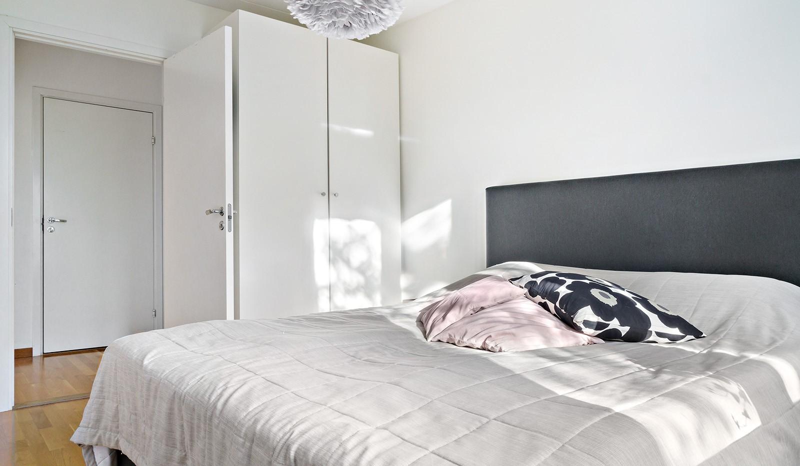 Hildebergsvägen 16, 1 tr - Bra förvaring med garderober i sovrummet