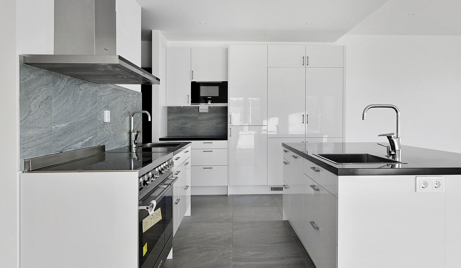 Vårby allé 31, 1tr - Stilrent fullutrustat kök med praktisk köksö