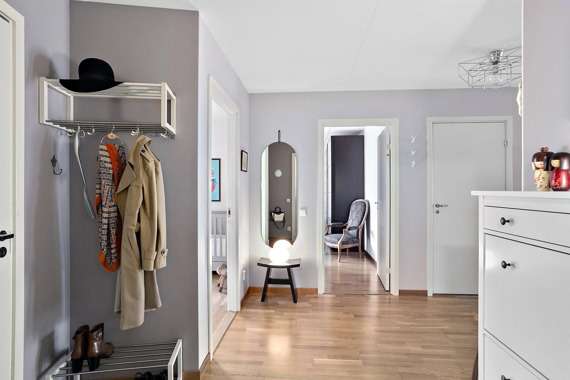 Sjöviksvägen 39, 5tr - Rymlig hall med plats för avhängning samt förvaring i stor klädkammare.